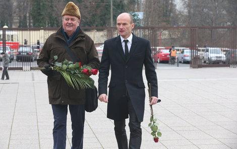 Na smuteční obřad přišel Dalibor Gondík se svým tatínkem Bohumilem Gondíkem.