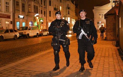 Počty policistů v ulicích se navyšují.