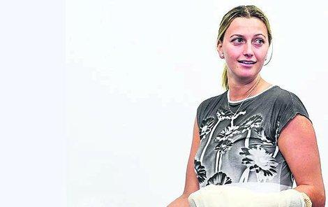 Petra Kvitová se zraněnou levou rukou, kvůli které si půl roku nezahraje tenis.
