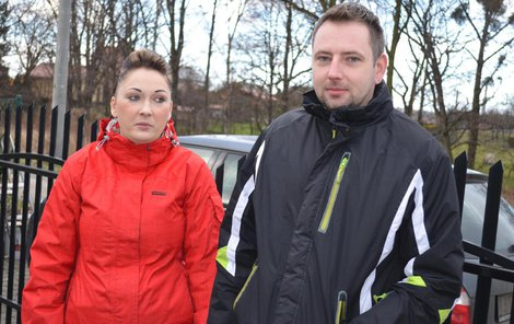 Romana Klečková a Petr Pavinský přišli o motorku a žijí ve strachu, že se nenechavci vrátí.