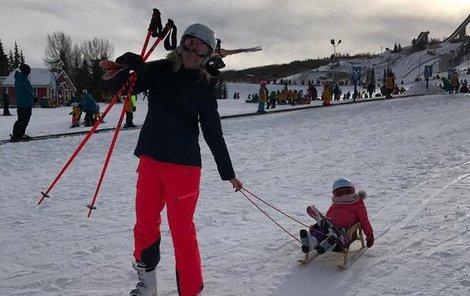 Elle se nelíbilo, že jí máma položila lyže na klín, a tak to obrečela.