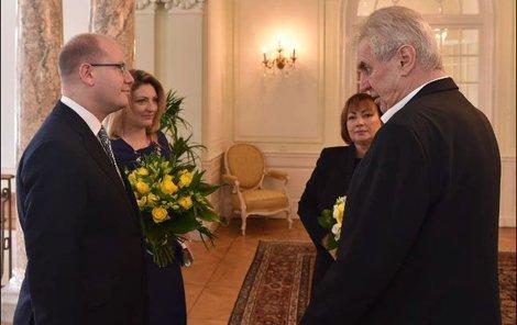 Před jídlem se Sobotkovi přivítali s prezidentským párem.