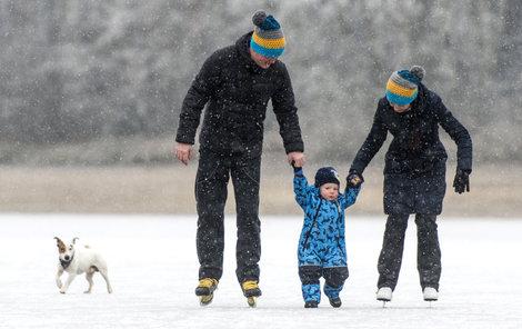 Díky mrazivému počasí vyrazily v Hradci Králové desítky lidí bruslit na rybník Biřička.