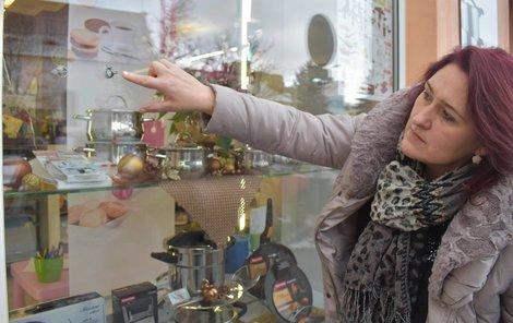 Majitelka obchodu Dana Villnerová ukazuje zásahy po střelách.
