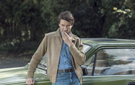 Policista Václav Neužil v tátových džínách z osmdesátých let. Celý seriál dbá na dobové rekvizity, je v tomto směru velmi precizní.