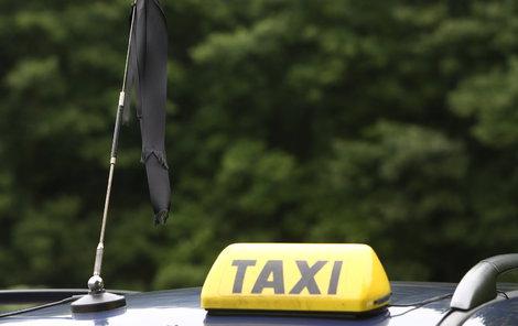 Taxikář zloděje místo domů odvezl na policii.