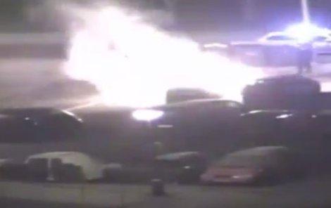 Požár zničil i auto, které parkovalo vedle.