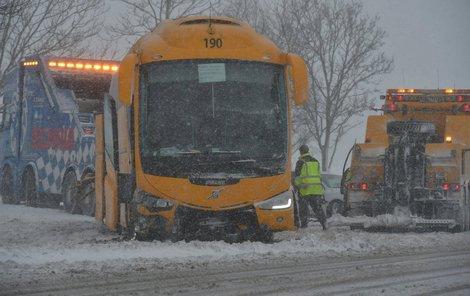 U Žalmanova na Karlovarsku havaroval autobus, který museli vyprostit hasiči i armáda. Zranili se v něm čtyři lidé.
