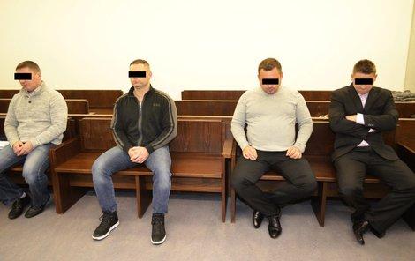 Těmto mužům hrozí za vydírání dělníků až osm let vězení.