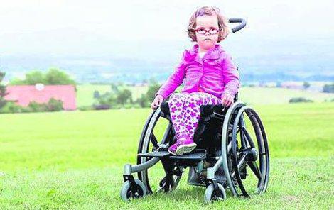 Nikolka dokáže ujít jen pár kroků, proto používá vozíček.