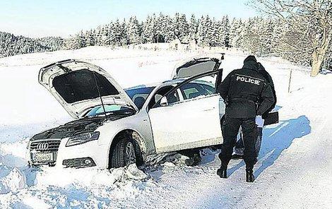 Ukradené auto zapadlé v závěji.