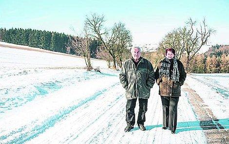 Manželé Maškovi se vydali z Deblína do Lomnice na pohřeb. Cestou zapadli, auto jim pomohli vytlačit spolucestující.