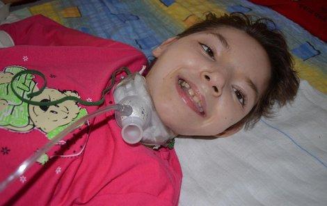 Bez přístrojů by Julinka nepřežila. Zajišťují jí dýchání i příjem potravy.