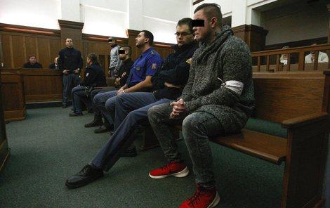 Vpředu obžalovaný Marek S., čvrtý zprava je hlavní obžalovaný Václav K.