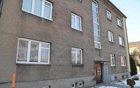 Byt v prvním patře domu ve Šrobárově ulici, kde první letošní vražda v kraji odehrála.