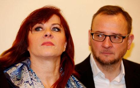 Bývalý premiér Nečas a jeho současná žena Jana čekají před soudní síní.
