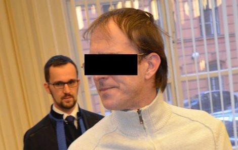 Dušan P. (37) se prý pokusil zardousit ženu.
