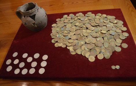 Celkem se našlo 521 stříbrných pražských grošů.