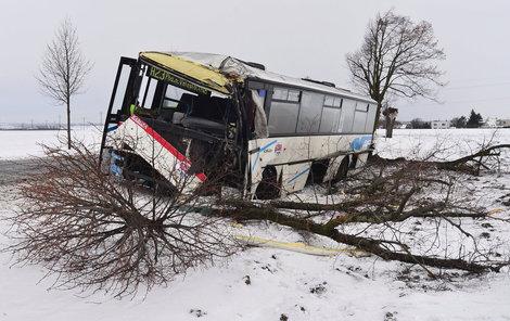 Přední náprava autobusu byla úplně zničená.