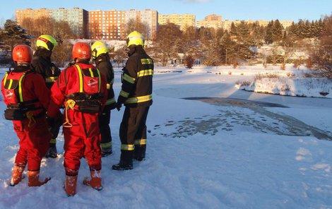 Na pomoc přijeli policistům i hasiči, kteří chlapce svlékli z mokrých věcí a zabalili do deky.