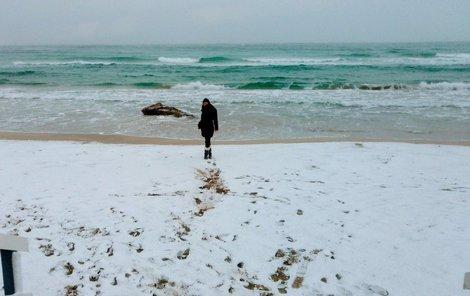 Místo hradů z písku lze na plážích stavět sněhuláky.