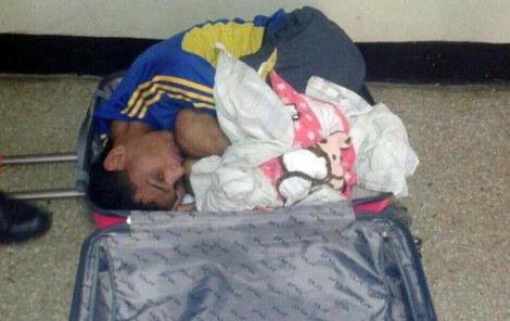 Vězeň se sice do kufru vešel, ale na dívku byl moc těžký.