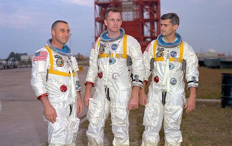 Astronauti ve skafandrech před startovací plochou.
