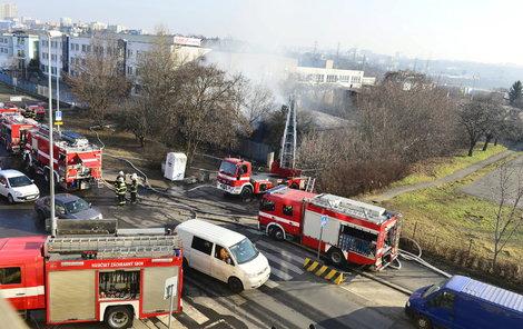 Požár likvidovalo třináct jednotek hasičů.