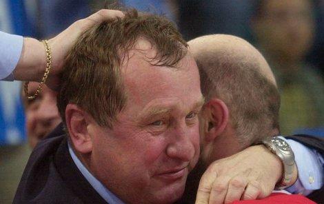 Na vrcholu štěstí! Trenér Josef Augusta slaví s Jiřím Dopitou triumf na MS 2001.