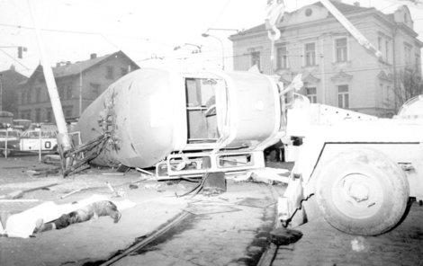 Kolem převrácené tramvaje ležela ehybná těla.