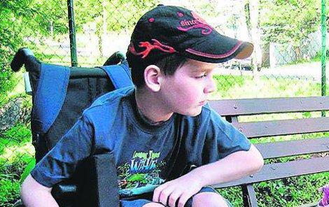 V osmi letech ho srazilo auto a chlapec ochrnul na polovinu těla.