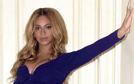 Beyoncé se ani v těhotenství výstřihů nevzdá.