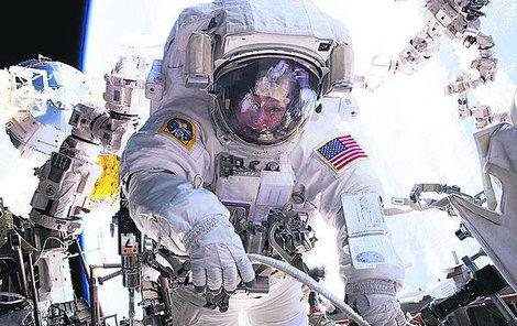 Peggy při »cestě« po plášti ISS.