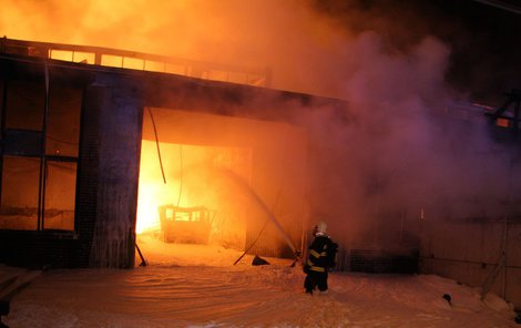 Vysoké plameny zničily celý jednopodlažní objekt.