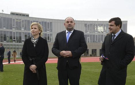 Valachová s Peltou před sídlem fotbalové asociace.
