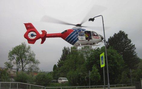 Záchranáři muže našli pomocí vrtulníku.