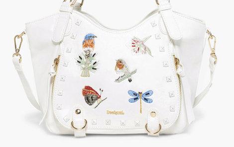Bílá může být i vaše kabelka. Tahle je od Desigualu, z obchodu Different.cz.