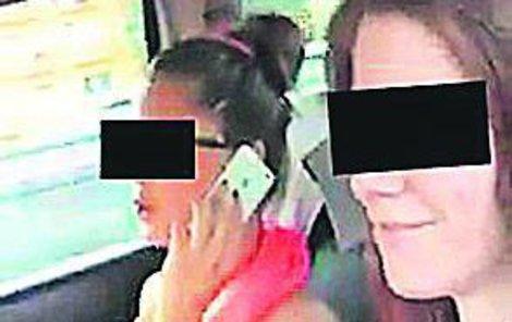 Řidička Nikola B. (†21).Spolujezdkyně Nikola V. (22) . Obě dívky v autě řádily. Jedna natáčela, řidička telefonovala.