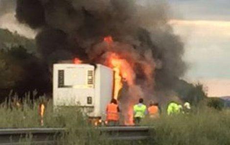 Kamion sežehly plameny.