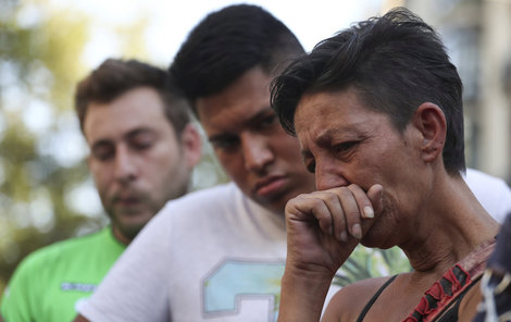 Lidé truchlí za oběti útoku v centru Barcelony