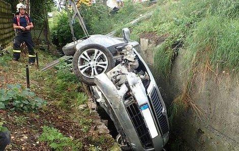 Řidička skončila v potoce.