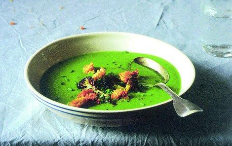 Pokud polévku doplníte o krutonky, bude chutnat ještě lépe.