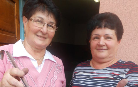Ochutnejte, jsou výtečná, nabízí svůj výrobek Ludmila Hnilová (vlevo) a Otýlie Rosenbergová.