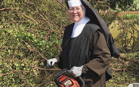 Sestra Margaret Ann se těžké práci nevyhýbá.