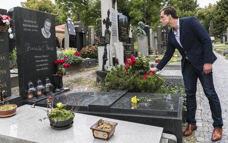 Brzobohatý nemá klid ani v hrobě. Nejprve se na něm v den pátého výročí jeho smrti fotila vdova s kamarádkou. A pár dní nato tam přišel také její milenec.