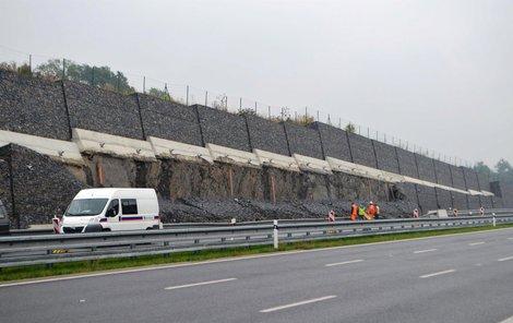 Padesát metrů zdi z gabionu se zhroutilo u nové čtyřproudovky spojující Ostravu s Opavou.