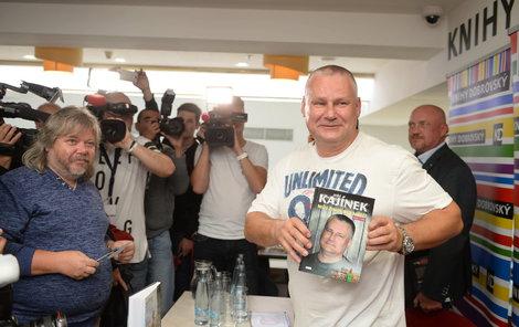 Stovky lidí přišly na autogramiádu Jiřího Kajínka (56): Nejsem vrahem, už na tom pracuju!