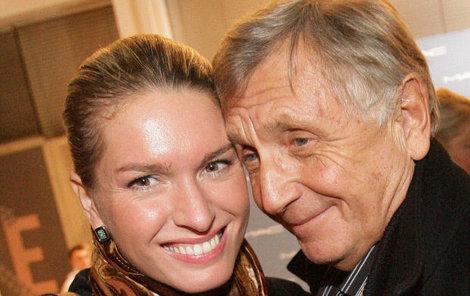 Jiří Menzel se po boku své ženy Olgy tváří zamilovaně.