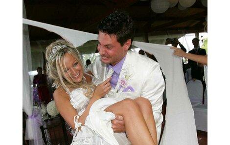 Vašek Jelínek ze skupiny Lunetic si včera odpoledne vzal za ženu Marcelu Holmanovou.