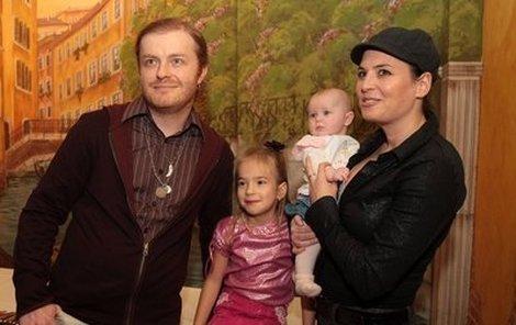 Pavel Šporcl se svou partnerkou Bárou, dcerou Violettou a osmiletou Lily. Před třemi týdny jim ještě přibyla Sophie.